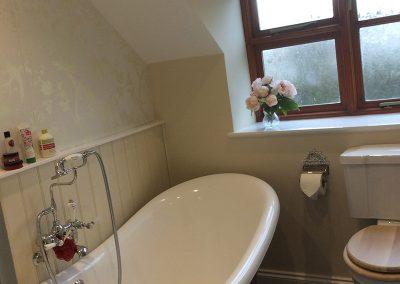 Stylish Elevated Roll Top Bath Tub
