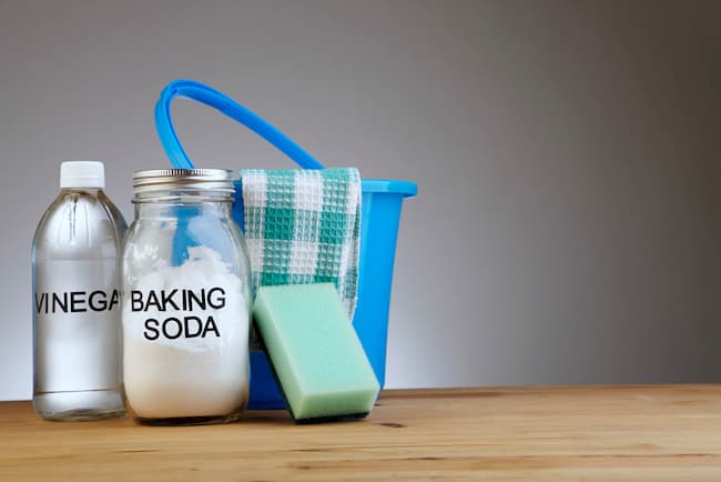 vinegar and baking soda cleaning bathrooms